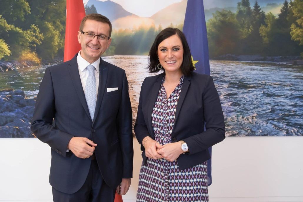 Wirtschafts-Landesrat Markus Achleitner mit Elisabeth Köstinger, Bundesministerin für Nachhaltigkeit und Tourismus