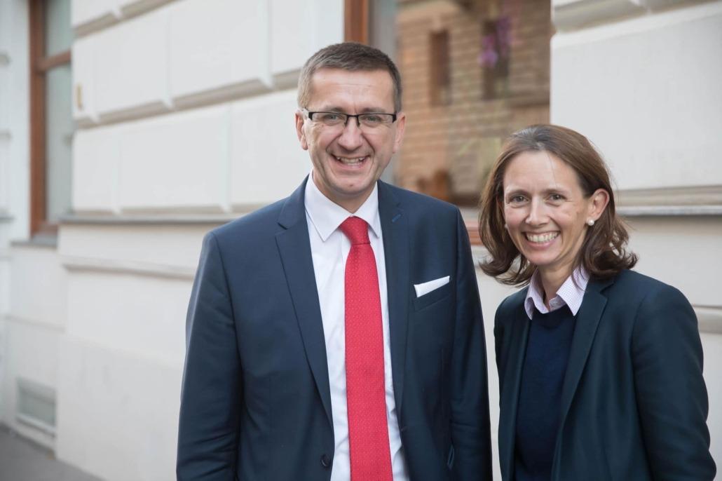 Wirtschafts-Landesrat Markus Achleitner mit Frau Dr. Theresia Niss, NR-Abgeordnete