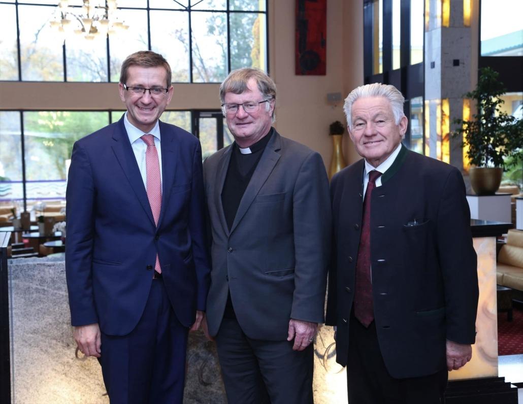 Wirtschafts-Landesrat Markus Achleitner mit Herrn Bischof Dr. Manfred Scheuer und Dr. Josef Pühringer, Landeshauptmann a.D.