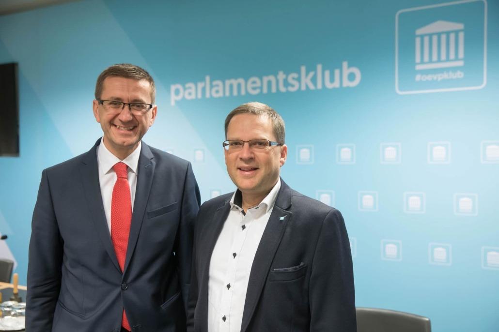 Wirtschafts-Landesrat Markus Achleitner mit August Wöginger, Klubobmann ÖVP-Parlamentsklub
