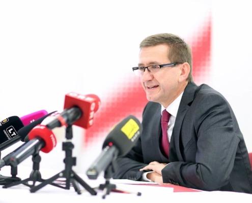 LT Achleitner bei Pressekonferenz